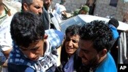 수도 사나에서 반정부 시위대 부상자 병원 후송