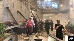 Petugas keamanan berdiri di dekat lokasi reruntuhan struktur bangunan di dalam menara Bursa Efek Indonesia di Jakarta,15 Januari 2018.