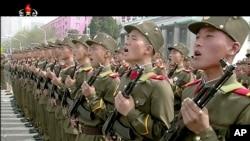 朝鲜官方电视台KRT视频图像显示,士兵在平壤金日成广场参加阅兵式(2017年4月15日)。
