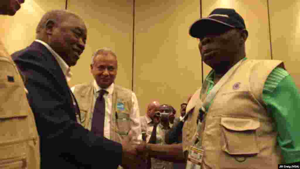 Former Nigerian President Olusegun Obasanj, right, greets former Zambian President Rupiah Banda after a news conference held by Commonwealth Observers team in Kampala, Feb. 20, 2016. Obasanjo heads Commonwealth Observers and Banda heads the Electoral Inst