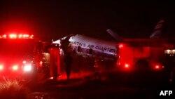 Les services d'urgence autour de l'avion accidenté à Wonderboom, dans la banlieue de Pretoria, en Afrique du Sud le 10 juillet 2018.