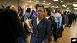 Una desempleada reacciona a la noticia de que se ha abierto una plaza de trabajo en un banco de Nueva Jersey.