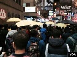 聖誕日晚十點後,聚集在旺角的流動購物團人數越來越多,逼滿西洋菜南街,向旺 角警署方向遊行