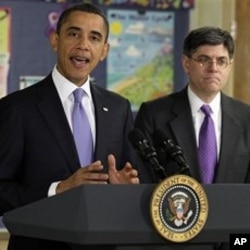 ປະທານາທິບໍດີ Barack Obama ຖະແຫລງຢູ່ໂຮງຮຽນມັດທະຍົມ ຕົ້ນ Parkville Middle School ທີ່ເມືອງ Parkville, ລັດ Maryland, ວັນຈັນ ທີ 14 2011. ຢືນຢູ່ຂ້າງທ່ານ ແມ່ນ ທ່ານ Jacob Lew ຜູ້ອໍານວຍການ ຫ້ອງການຄຸ້ມຄອງແລະງົບປະມານ. (AP Photo/Carolyn Kaster)