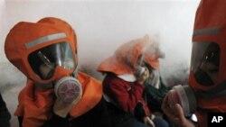 韩国中学生在学习如何使用防化学攻击的防毒面具