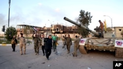 31일 이라크 바그다드 북부 티크리트에서 이라크 군과 시아파 민병대가 수니파 무장단체 ISIL 퇴치를 자축하고 있다.