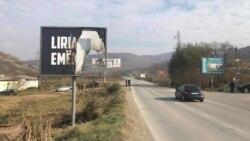 """Bilbord na kojem je pored natpisa """"Sloboda ima ime"""" istaknut i amblem Oslobodilačke vojske Kosova zapaljen je u noći između ponedeljka i utorka (Foto: VOA)"""