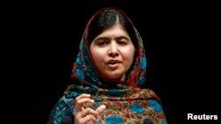 Nhà hoạt động trẻ Malala Yousafzai đã bị phe Taliban ở Pakistan bắn chưa đầy 2 năm trước. Em trở thành một biểu tượng toàn cầu cho giáo dục dành cho các em gái.