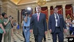 美国众议院议长贝纳(中)8月1日在国会大厦