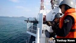 불법조업 중국 어선의 공격을 받고 해경 고속단정이 침몰한 사건을 계기로 한국 정부가 강력한 대응을 예고한 가운데, 지난 13일 인천시 선갑도 인근 해상에서 한국 해경이 사격 훈련을 하고 있다.