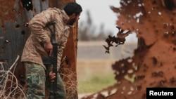 지난 16일 리비아 벵가지에서 정부군 병사가 수니파 무장반군 ISIL 에 가담한 반군과 전투를 벌이고 있다. (자료사진)