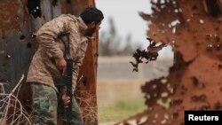 Một thành viên của lực lượng ủng hộ chính phủ Libya trong cuộc đụng độ trên đường phố ở Benghazi.