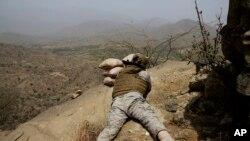 Seorang tentara Arab Saudi mengarahkan senjatanya ke perbatasan Yaman di Jizan, Arab Saudi, 20 April 2015. (Foto: dok.)
