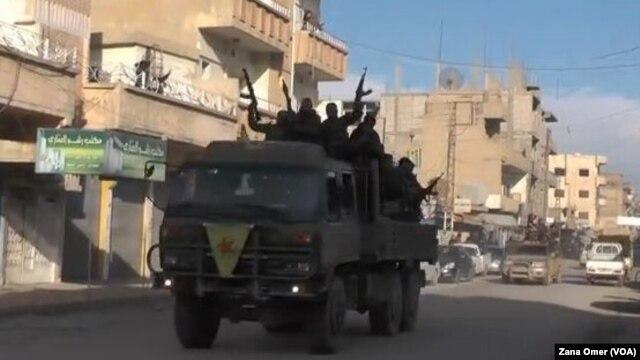 Cacs chiến binh người Kurd ăn mừng tại Qamishli việc thành phố Tal Hamis được giải phóng.