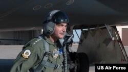 美军战略司令部司令、海军上将理查德(Admiral Charles Richard)登机了解B-2战略轰炸机飞行性能(美国空军2020年3月5日)