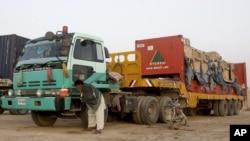 Những chiếc xe tải đầu tiên chở tiếp liệu của NATO đã băng qua biên giới vào Afghanistan ngày 5/7/2012 , tiếp theo sau một thỏa thuận giữa Hoa Kỳ và Pakistan