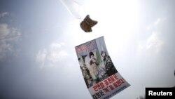 Một quả bóng chứa truyền đơn tố cáo lãnh đạo Triều Tiên Kim Jong Un được nhìn thấy gần khu phi quân sự ngăn cách hai miền Triều Tiên ở Paju, Hàn Quốc, ngày 26 tháng 3 năm 2016.