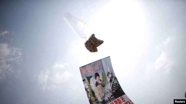 A balloon containing leaflets denouncing North Korean leader Kim Jong Un is seen near the demilitarized zone separating the two Koreas in Paju, South Korea, March 26, 2016, on the sixth anniversary of the sunken naval ship Cheonan.