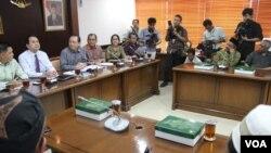 Para ulama Syiah bertemu Ketua DPR Marzuki Ali dan anggota Komisi Hukum dan Agama DPR. (VOA/Fathiyah Wardah)