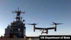 美国MV-22鱼鹰飞机正在向军舰甲板降落(1999年1月,美国国防部图片)