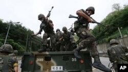 지난해 8월 서울에서 열린 '을지프리덤가디언' 미-한 연합군사훈련에서 한국 군인들이 대테러 작전을 벌이고 있다. (자료사진)