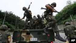 18일 미-한 연합군사훈련인 '을지프리덤가디언' 연습에 참가한 한국 군인들이 서울에서 대테러 작전을 벌이고 있다.
