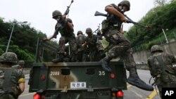 지난해 8월 미-한 연합군사훈련인 '을지프리덤가디언' 연습에 참가한 한국 군인들이 서울에서 대테러 작전을 벌이고 있다. (자료사진)