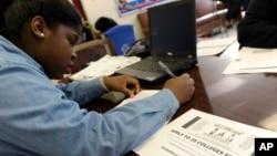Arhiva - Akira Lee, studentkinja Visoke škole Roosevelt, popunjava svoju aplikaciju u školi u Washingtonu.