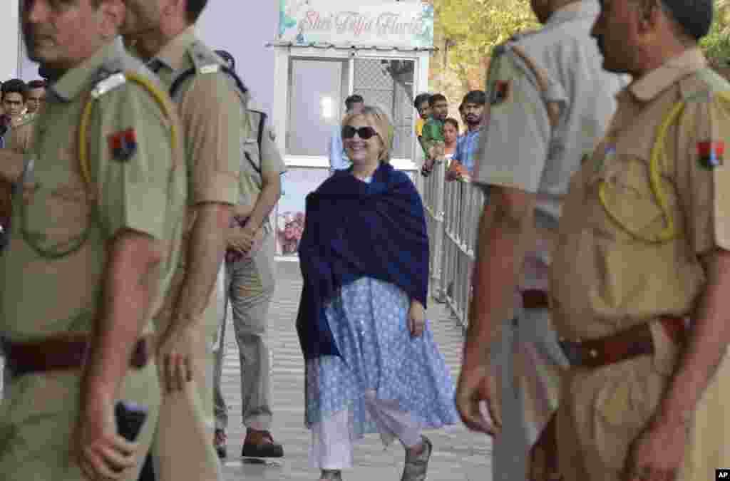 هیلاری کلینتون نامزد انتخابات گذشته ریاست جمهوری آمریکا و بانوی اول سابق ایالات متحده در فرودگاهی در هند دیده شد.