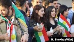 Para mahasiswa melepaskan burung-burung merpati pada aksi protes di bandara Irbil, Kurdistan, sebagai simbol bahwa mereka menginginkan transisi yang damai, bukan revolusi, menuju kemerdekaan di wilayah Kurdistan. (foto: ilustrasi).
