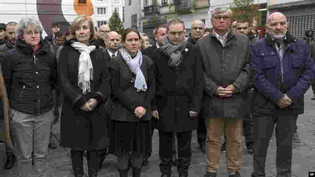 Le maire de la commune de Molenbeek, Françoise Schepmans, 2ème à gauche, ainsi que d'autres fonctionnaires observent une minute de silence en mémoire des victimes des attaques terroristes de Paris, 16 novembre 2015.