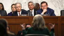 Chủ tịch Ủy ban Đối Ngoại Thượng viện Robert Menendez (trái, hàng đầu)