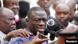 Kizza Besigye of the Forum for Democratic Change speaks to the media, Oct. 4, 2016. According to attorney Ladislaus Rwakafuzi, Uganda's main opposition leader was prevented was meeting Rwakafuzi, November 16, 2016.