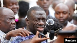 Kizza Besigye of the Forum for Democratic Change speaks to the media, Oct. 4, 2016. According to attorney Ladislaus Rwakafuzi, Uganda's main opposition leader was prevented was meeting Rwakafuzi, November 16, 2016.