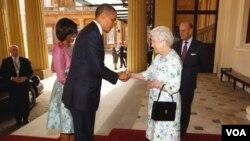 Prezidan ameriken an Barack Obama ak madanm li Michelle k ap rankontre ak Rè Elizabeth ak mari l nan vil Lond, Angletè