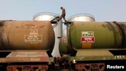 Seorang pekerja India memeriksa tangki-tangki minyak mentah yang diimpor dari Iran di Kolkata, India (27/11). India berharap untuk meningkatkan impor minyak mentah dari Iran.