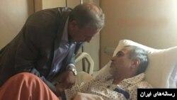 علی ربیعی، وزیر رفاه هنگام عیادت از حسین فریدون در بیمارستان