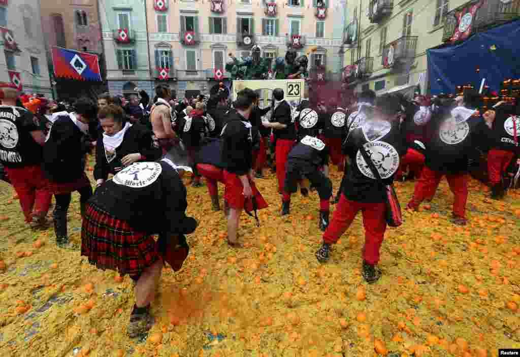 "«نبرد نارنجیها"" در کارناوال سلانه در شهرک ایوریا در شمال ایتالیا."
