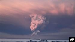 冰島格里姆火山爆發火山灰雲向天噴發