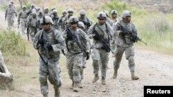 Binh sĩ Mỹ tuần tra trong khi tiến hành một cuộc tập trận chung với Philippines tại một căn cứ của Philippines ở Fort Magsaysay hôm 21/4/2012.