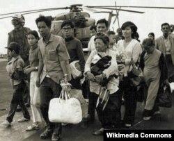 Người tị nạn miền Nam Việt Nam trên một hàng không mẫu hạm Mỹ trong chiến dịch di tản Gió Lốc - Operation Frequent Wind khởi sự ngày 29/4/1975.
