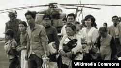 Những người Việt Nam miền Nam tị nạn đi qua một chiếc tàu của Hải quân Mỹ; Operation Frequent Wind, cuộc hành quân cuối cùng ở Sài Gòn, bắt đầu 29/4/1975. (Ảnh: tư liệu của chính phủ liên bang Mỹ)
