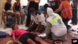 Một du khách được cứu sống tại Lombok, Indonesia, ngày 17/8/2014.
