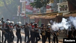 缅甸安全部队2021年2月28日在仰光街头镇压示威者(路透社)