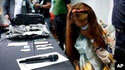 Agnes Alexandra (kanan) saat ditangkap di bandara Manila, Filipina karena membawa shabu seberat 8 kilogram, Senin (7/10).