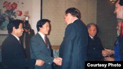 历史照片:老布什总统访华期间到北京国际俱乐部看望老朋友们。(1989年2月26日)