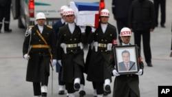 El cuerpo del embajador asesino fue llevado de regreso a su patria en un avión ruso.