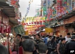 台北市最传统的迪化街年货市场的人潮