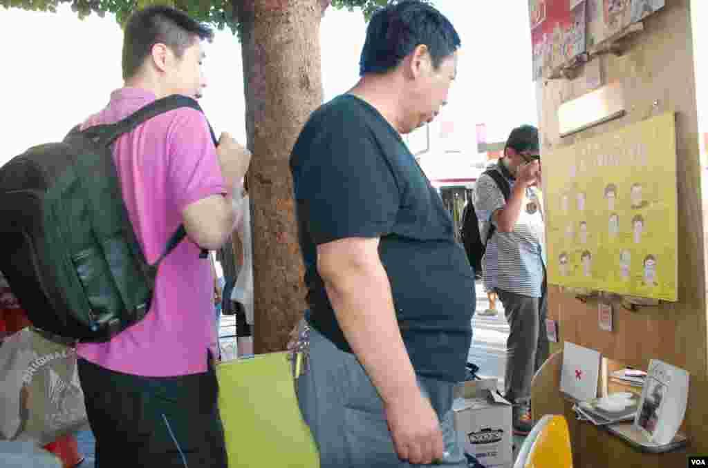 陸肆.廿五街頭小展覽吸引中國自由行旅客參觀