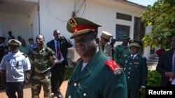L'ex-chef de l'armée bissau-guinéenne, le général Antonio Indjai (au c.), sortant d'une réunion de la CEDEAO, le 7 nov. 2012